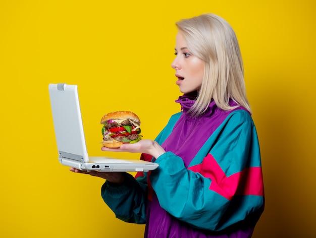 Dziewczyna w stylu lat 80. z burgerem i notatnikiem składającym zamówienie