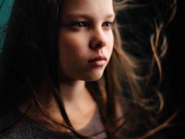 Dziewczyna w sukience długie włosy emocje depresja zielone tło