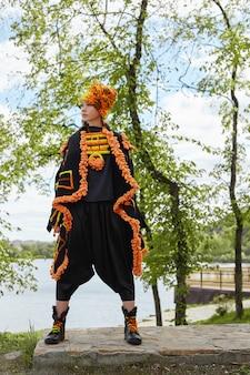 Dziewczyna w sukience vintage etniczne moda ręcznie pozowanie na zewnątrz