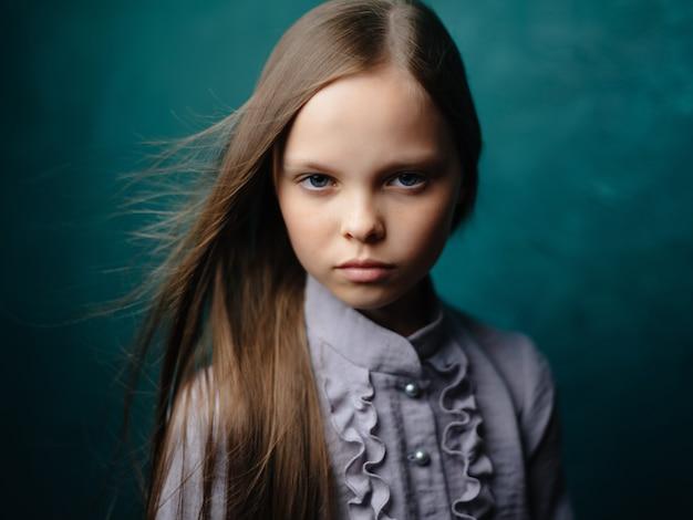 Dziewczyna w sukni długie włosy studio zielone tło zbliżenie