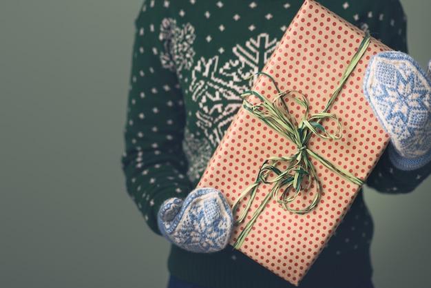 Dziewczyna w swetrze noworocznym