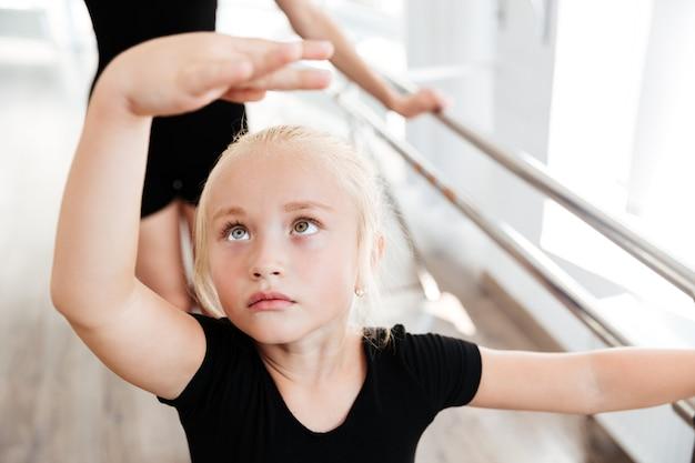 Dziewczyna w szkole baletowej