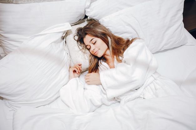 Dziewczyna w szlafroku