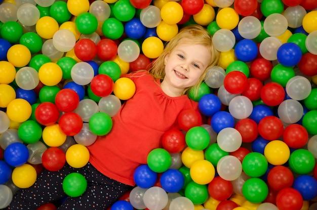 Dziewczyna w widoku z góry pit piłka