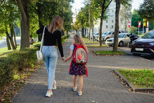 Dziewczyna w wieku przedszkolnym spaceru z matką