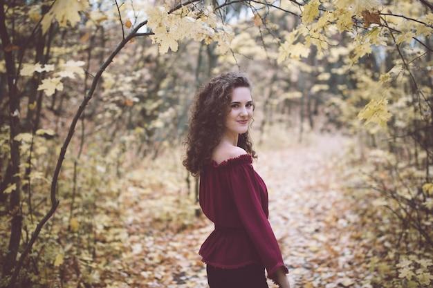 Dziewczyna w wierzchołku w atumn parku