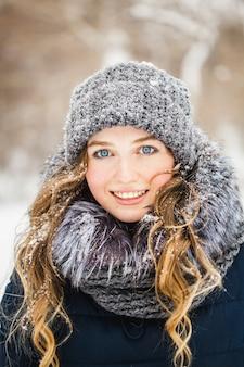 Dziewczyna w winter park pokryte śniegiem