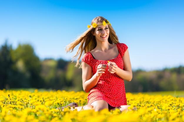Dziewczyna w wiośnie na kwiat łące z dandelion