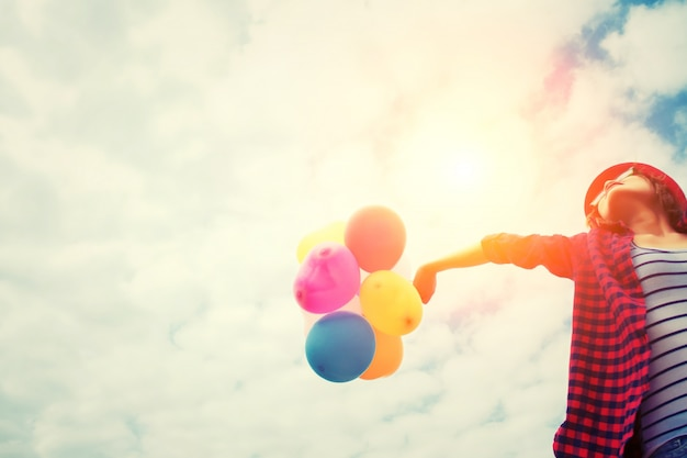 Dziewczyna w zachodzie słońca z balonów