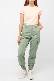Dziewczyna w zielonych spodniach i koszulce