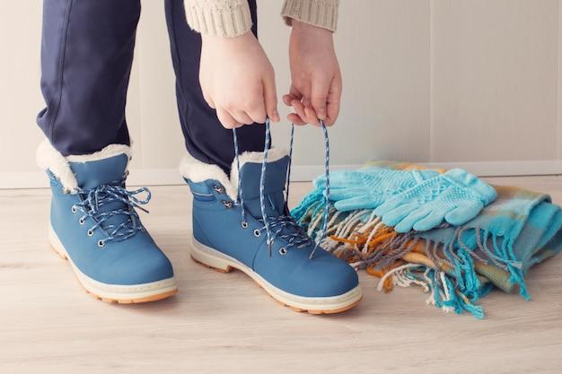 Dziewczyna w zimowe buty na podłodze