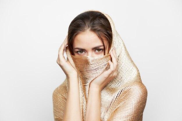 Dziewczyna w złotym szaliku obejmuje makijaż etnicznej religii