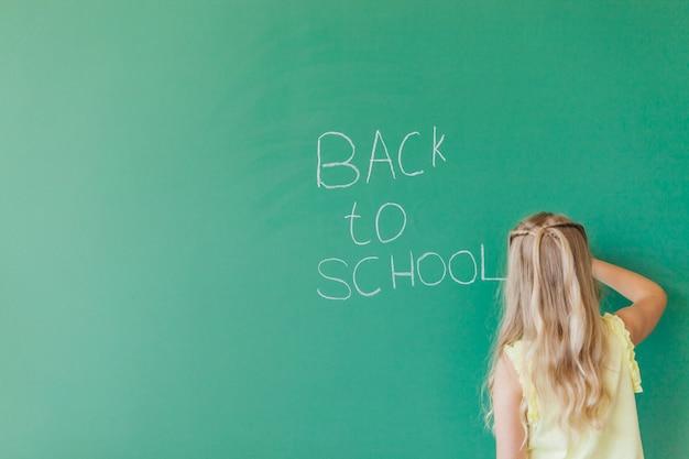 Dziewczyna w żółtym piśmie na tablicy
