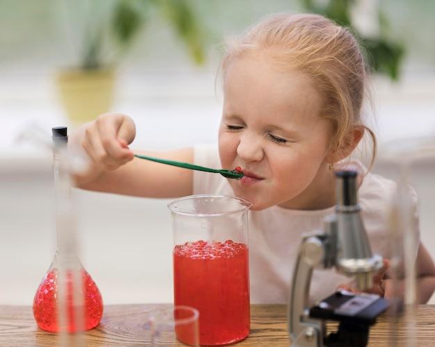Dziewczyna wącha eksperyment
