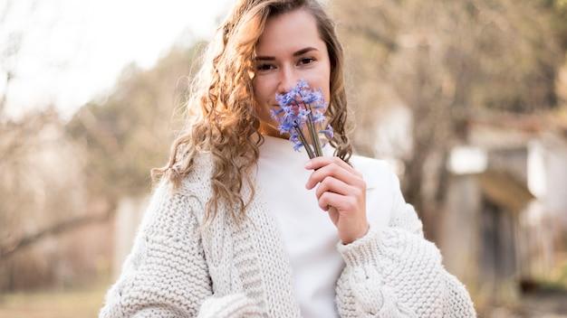 Dziewczyna wącha piękne dzikie kwiaty