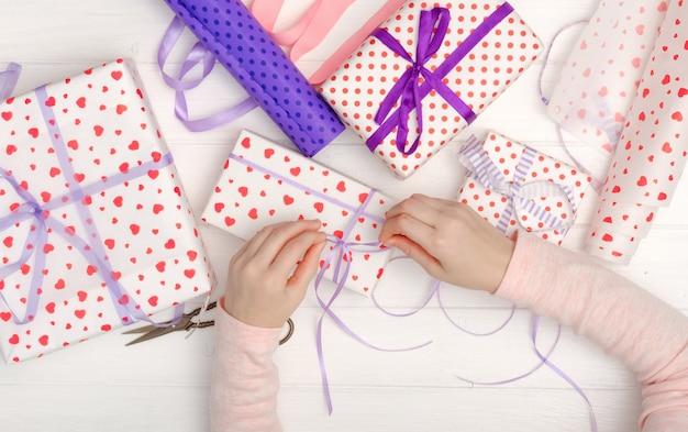 Dziewczyna wiązana wstążką na prezent