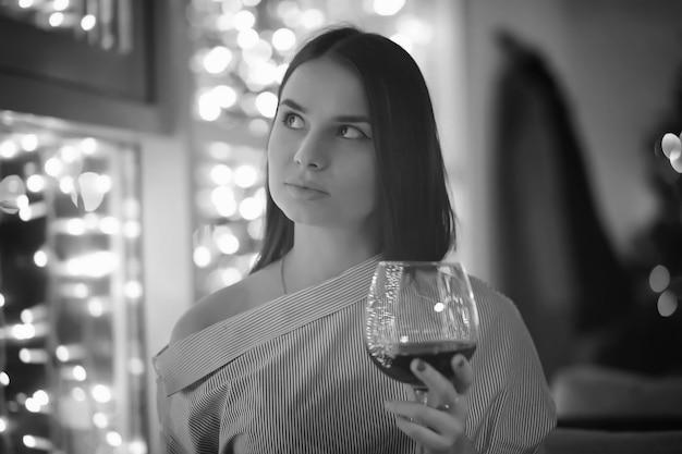Dziewczyna wieczorem odpoczywa w kawiarni na koktajl