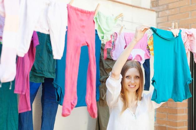 Dziewczyna wiszące ubrania do wyschnięcia