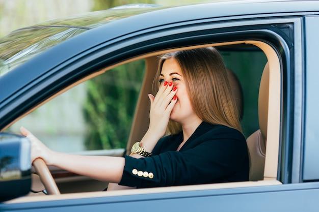 Dziewczyna wstrząsnęła i przestraszyła się na drodze z samochodem.