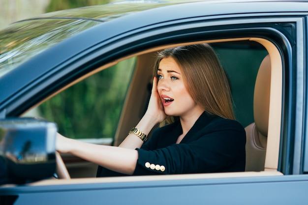 Dziewczyna wstrząsnęła i przestraszyła się przed wypadkiem na drodze z samochodem.