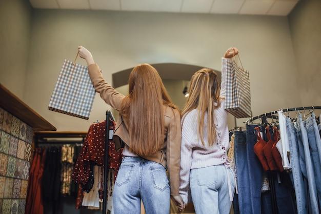 Dziewczyna wybiera ubrania w sklepie