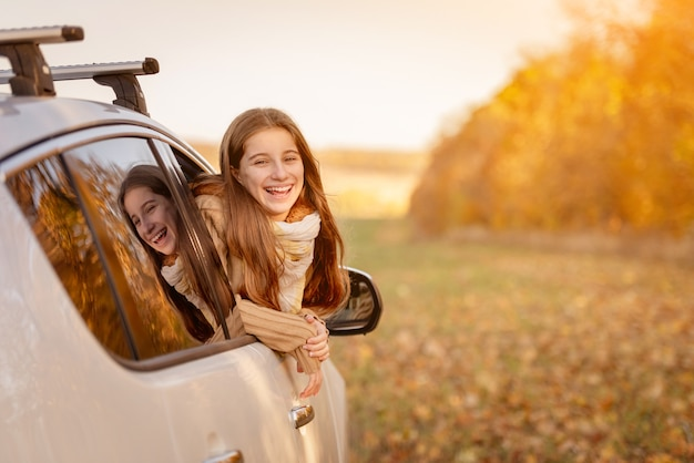 Dziewczyna wygląda przez okno samochodu