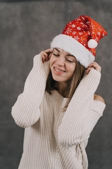Dziewczyna wypełnia swój pamiętnik. człowiek ćwiczy moc myśli. życzenia na nowy rok. tworzy listę prezentów dla przyjaciół i rodziny