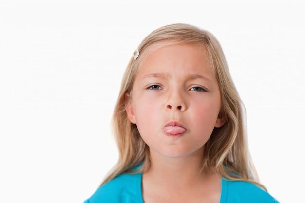 Dziewczyna wystaje jej język