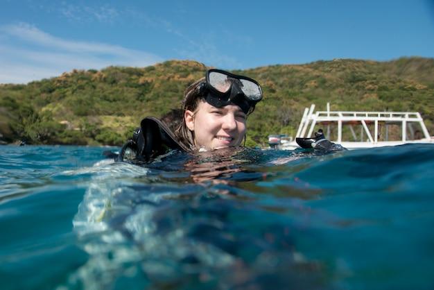 Dziewczyna z akwalungiem z głową nad wodą, ixtapa, guerrero, meksyk