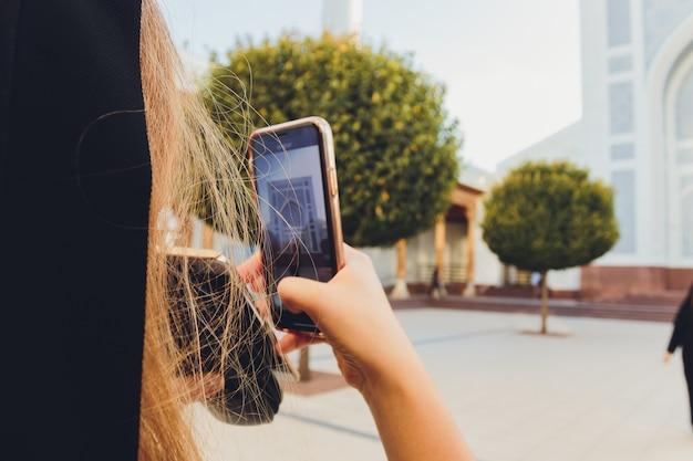Dziewczyna z aparatem sfotografowała kolejną upadek dziewczyny na ulicy.