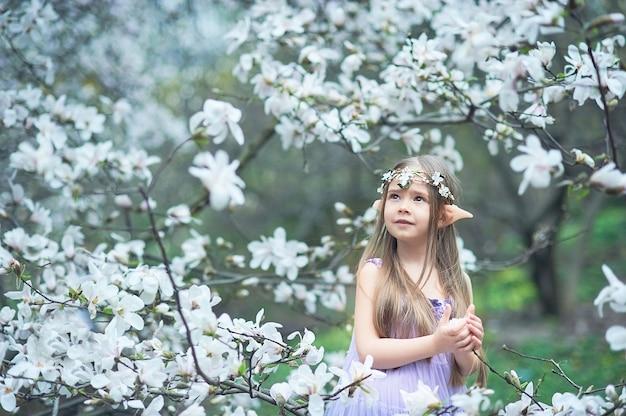 Dziewczyna z bajki. portret mistycznego dziecka elfa. postać cosplay.