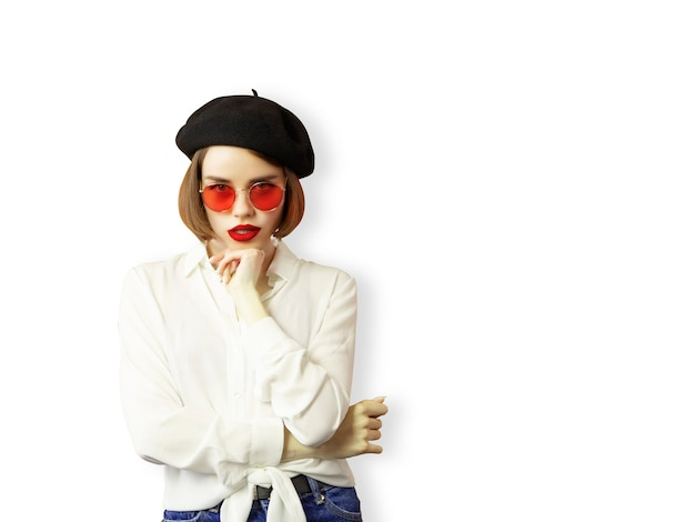 Dziewczyna z baskijskim beretem i białą bluzką odizolowywającymi na białym tle.
