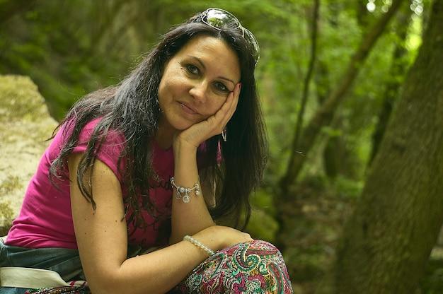 Dziewczyna z bliska portret w lesie