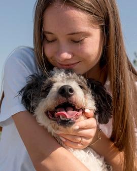 Dziewczyna z bliska przytulanie słodkiego psa