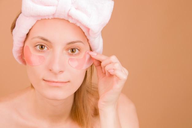 Dziewczyna z bliska z różowymi plamami pod oczami