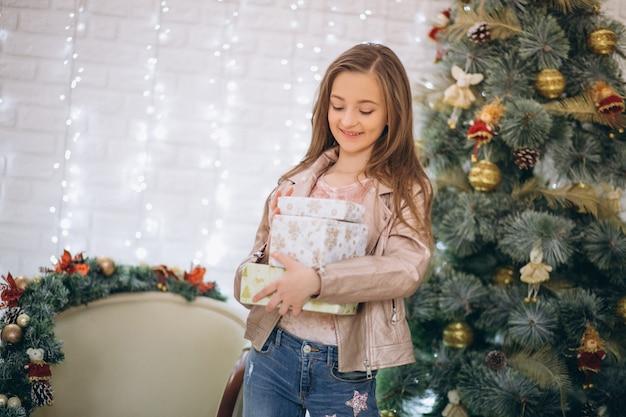 Dziewczyna z boże narodzenie prezentem choinką w studiu