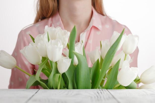 Dziewczyna z bukietem best ‰ ð ° przyznane tulipany
