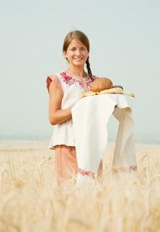 Dziewczyna z chlebem w polu