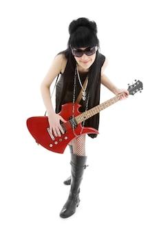 Dziewczyna z czerwoną gitarą elektryczną na białym