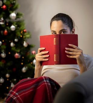 Dziewczyna z czerwoną książką w jej rękach