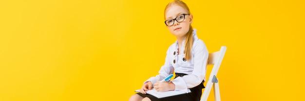 Dziewczyna z czerwonym włosy na żółtym tle