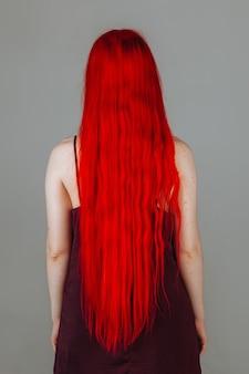 Dziewczyna z czerwonymi długimi włosami widok z tyłu