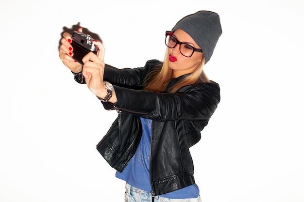 Dziewczyna z czerwonymi ustami zabawy ze swoim aparatem