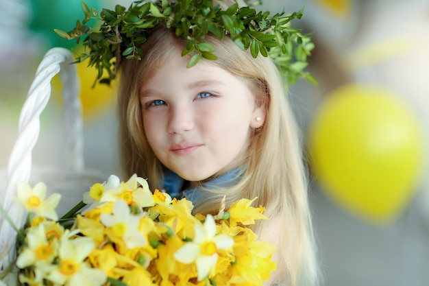 Dziewczyna z długimi prostymi blond włosami i wiankiem na głowie