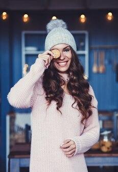 Dziewczyna z długimi włosami w ciepłe zimowe ubrania