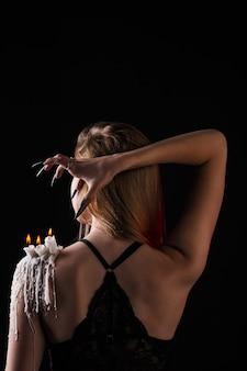Dziewczyna z długimi włosami wiedźmy próbuje się podpalić