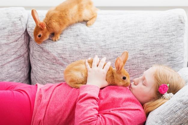 Dziewczyna z dwoma królikami salowymi