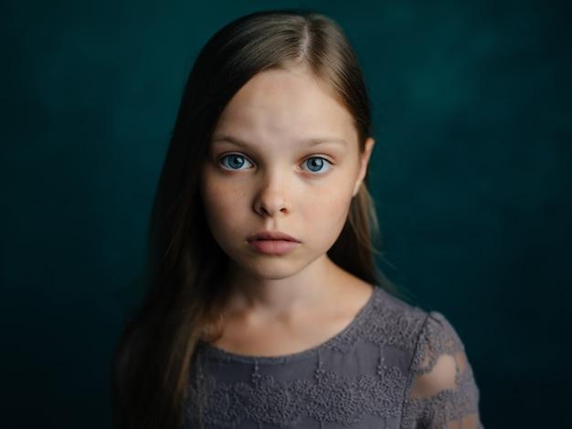 Dziewczyna z emocjami depresji niebieskich włosów smutny wyraz twarzy