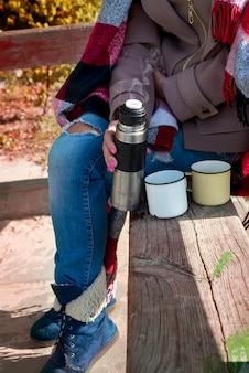 Dziewczyna z filiżanką gorącej herbaty ziołowej