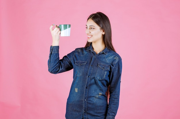 Dziewczyna z filiżanką kawy, uśmiechnięta i pozytywna